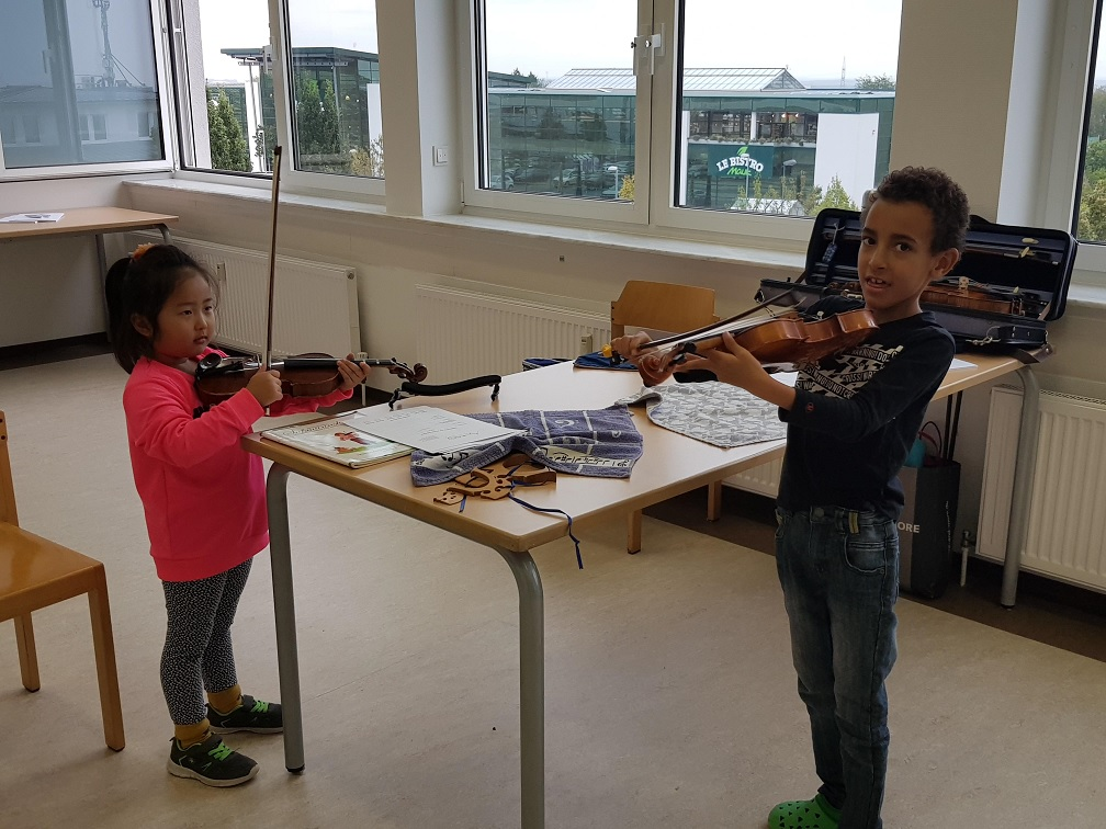 First encounter with the violin at SIS Frankfurt