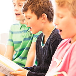 Jungen singen an der SIS Swiss International School